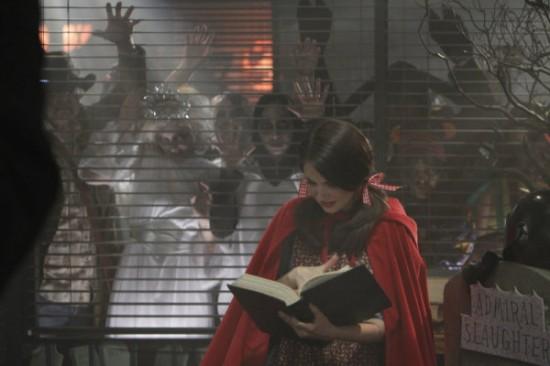 anny déguisée en petit chaperon rouge fait face à une invasion de zombies : il n'y a aucune limite dans une série geek !