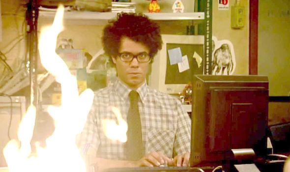 moss observe le feu qui a pris sur son bureau mais imperturbable, il ne lâche pas son clavier. IT crowd est une série Geek mouvementée