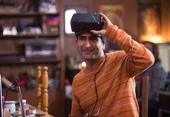 kumail relève son casque de réalité virtuelle, il joue Dinesh dans la série geek Silicon Valley